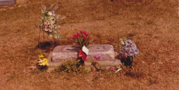 James Dean's grave without tombstone (August 1983)