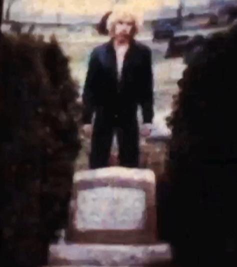 Ian Ayres @ James Dean's grave (April 1979)